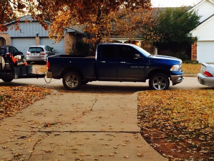 Camioneta estacionada en la entrada de una cochera