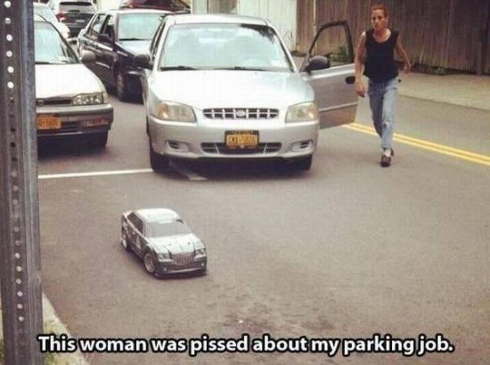 Mujer a punto de estacionarse en un área donde esta colocado un pequeño carro de juguete