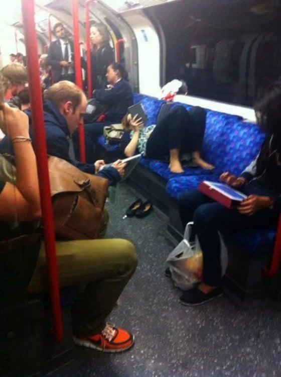 Una mujer acostada en los asientos del transporte público
