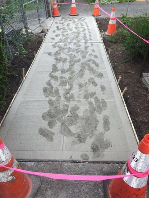 área con cemento fresco pisada por alguna persona
