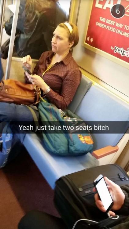 una mujer ocupando dos asientos con su mochila en el transporte público