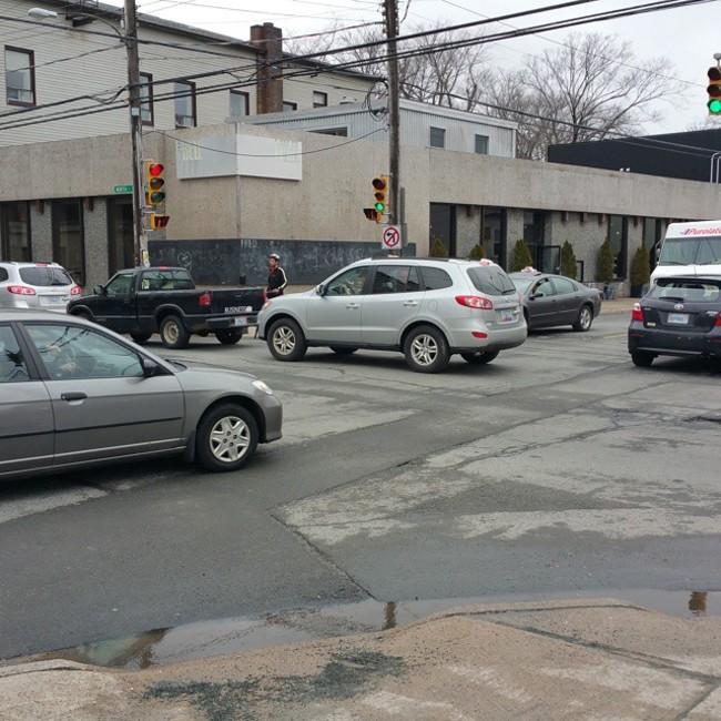 fotografía de muchos carros transitando una calle