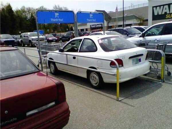 un carro estacionado en el área de carros de supermercado