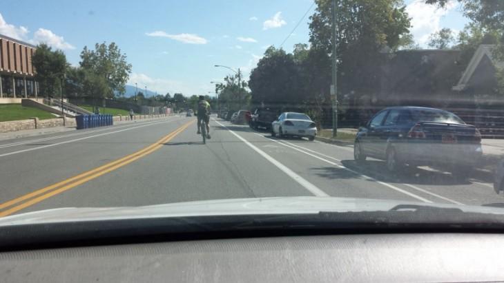 una persona en bicicleta transitando en medio de la calle