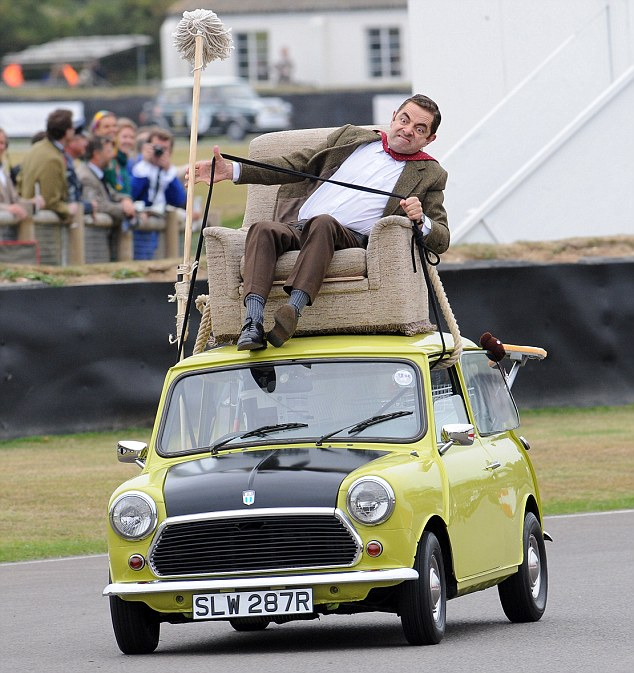 Mr. Bean sobre su coche mini 1.000 inclinado hacia un lado
