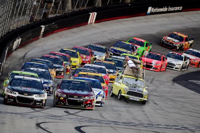 Photoshop de Mr. Bean en su carro dentro de una carrera de carros Daytona