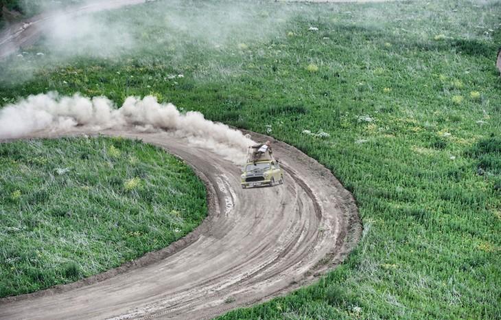 Mr. Bean manejando sobre un camino de tierra