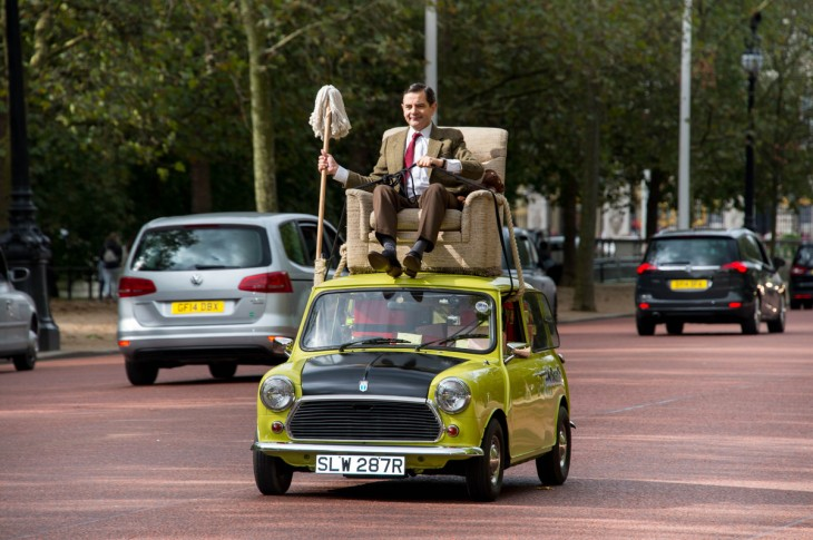 Rowan Atkinson en su personaje de Mr. Bean sobre su carro mini 1.000 por las calles de londres