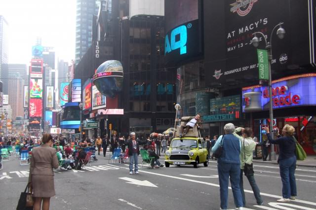 Photoshop de Mr. Bean en su carro en Times Square