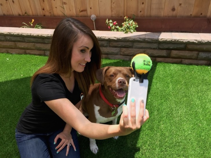 Chica tomándose una selfie con su perro utilizando el pooch selfie