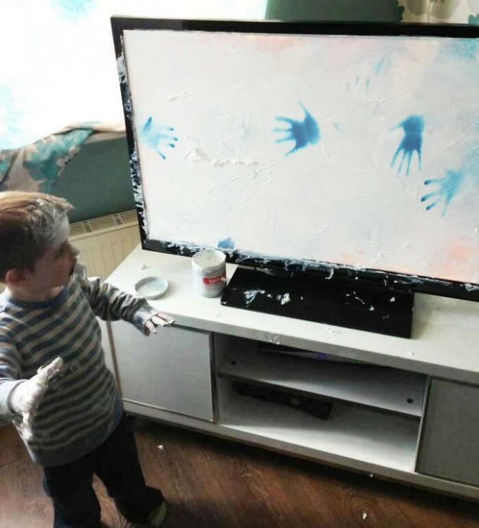 niño reddit con sus manitas azules