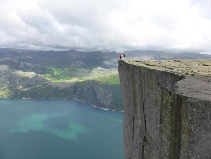 niño en el acantilado a punto de caer