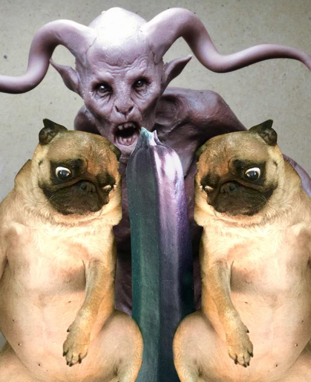 perros pug con un marciano atras de ellos