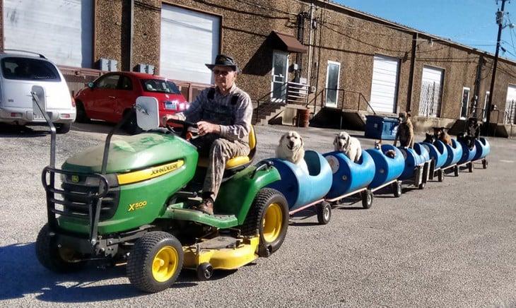 Fotografìa del hombre que creo un tren para perros en Texas