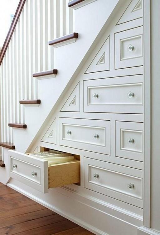 Pequeño armario debajo de las escaleras de una casa