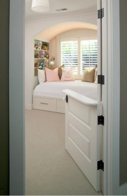 Imagen con una habitación con puerta holandesa partida a la mitad