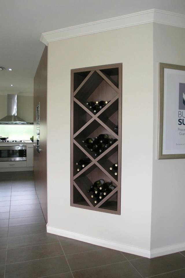 una mini bodega de vinos en la pared