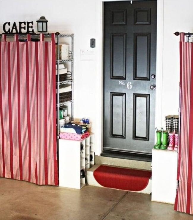 Habitación de algunos estantes tapados con cortinas