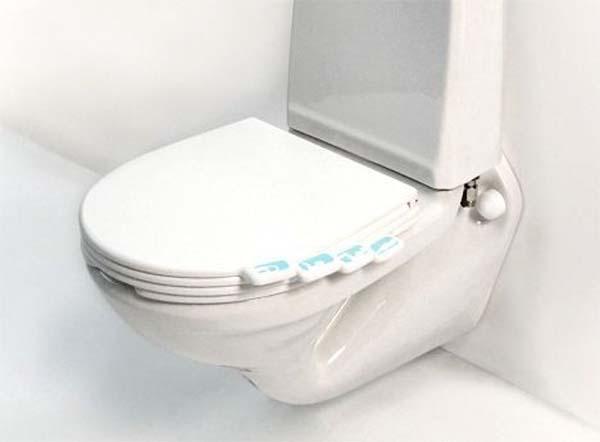 Inodoro con un asiento que tiene diferentes tapas para que cada persona tenga la suya