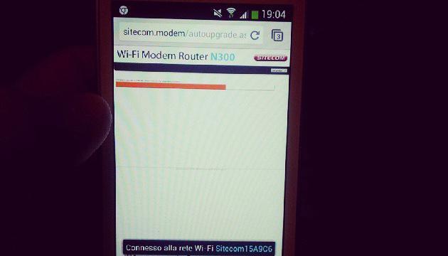 Celular que en su pantalla indica a la señal de Wi-Fi que esta conectada