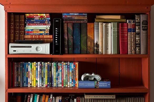 Módem dentro de un librero en medio de libros