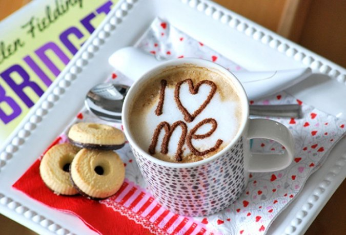 Taza de café decorada con canela