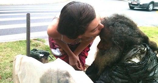 mujer se hizo amiga de un hombre sin hogar