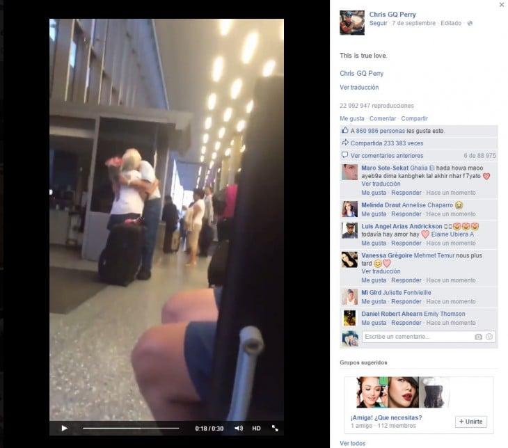 abuelito le regala flores a su esposa al llegar al aeropuerto y la abraza con fervor