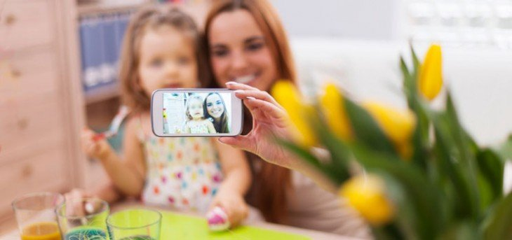 mamá fotografiando a su hija en el trabajo