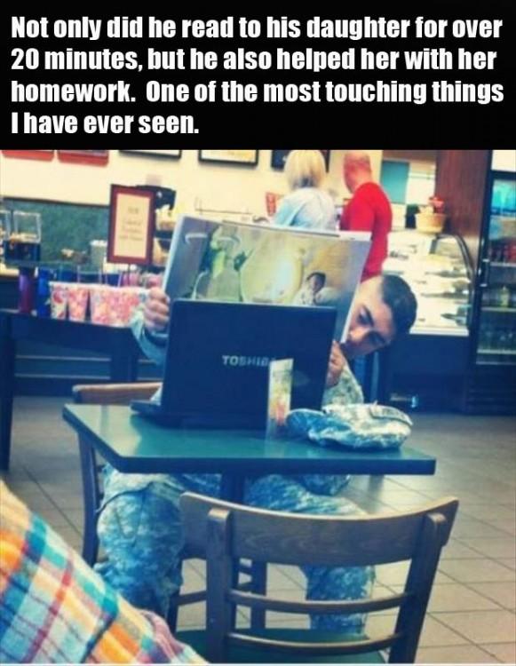 soldado le hace la tarea a su hija via internet