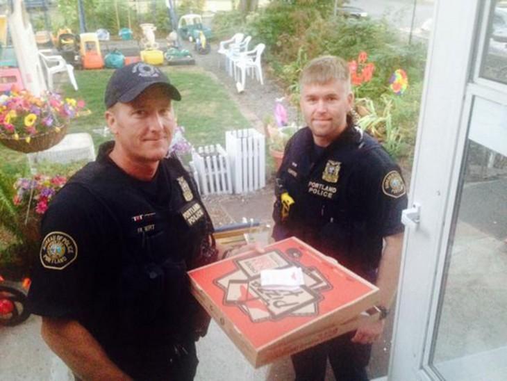 policias entregaron la pizza del repartidor