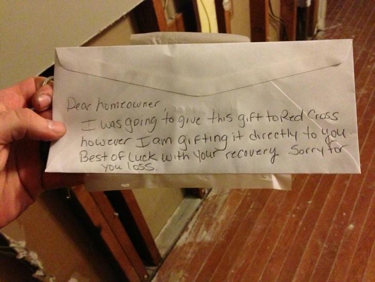 el regala el dinero completo a ellos por las afectaciones de su casa