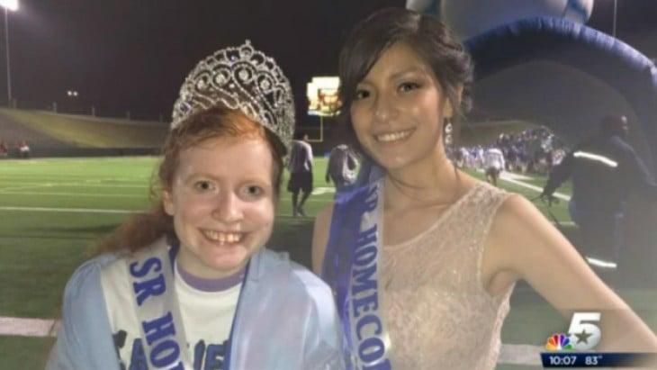 reina de una escuela comparte su corona con chica a la que le hacían bulliying