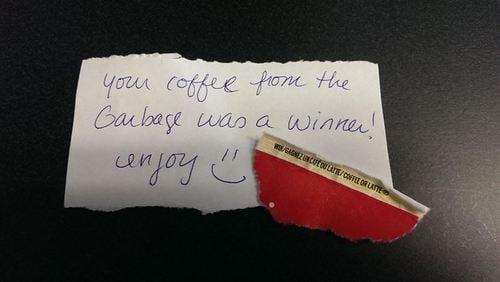 hombre le regresa su ticket del café gratis a quien se le cayo