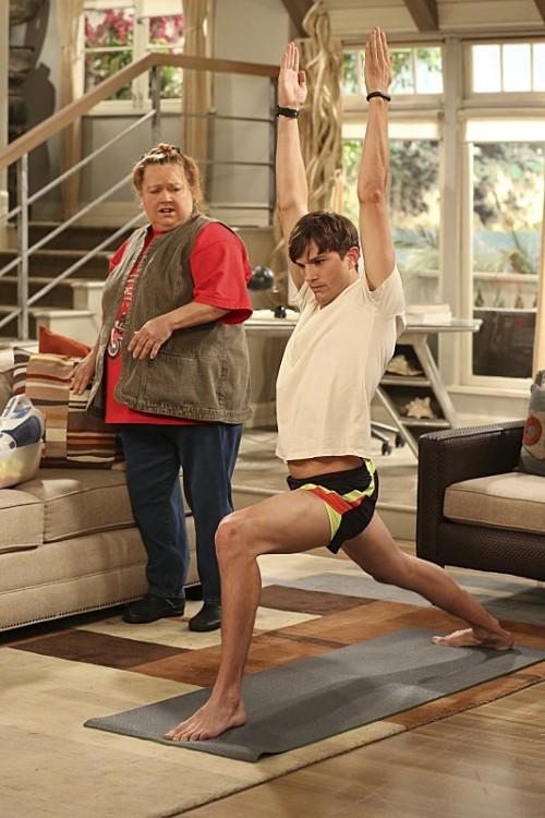 ashton kutcher haciendo yoga