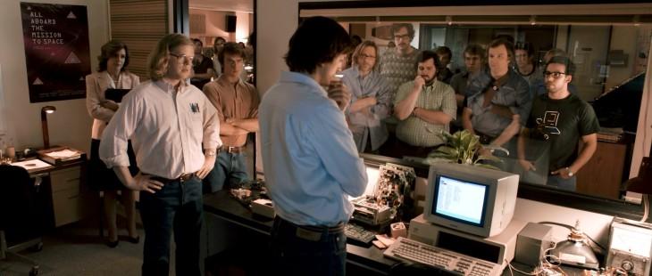 ashton kutcher probando la maquina que invento steve jobs