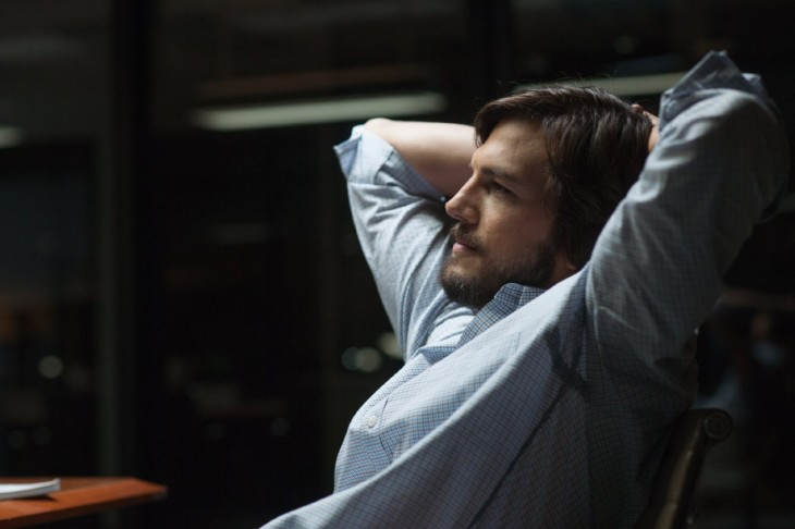 ashton kutcher en su papel como steve jobs