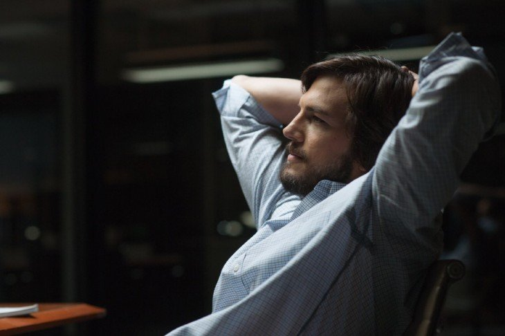ashton kutcher en su papel como steve jobs