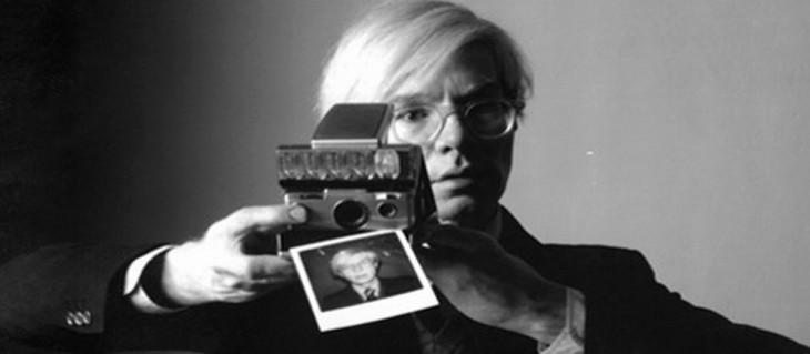Andy Warhol tomandose una selfie