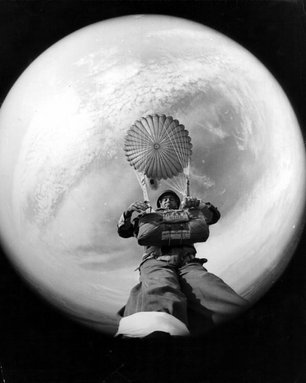 terrifisher tomandose una selfie con el pie mientras cae del paracaidas