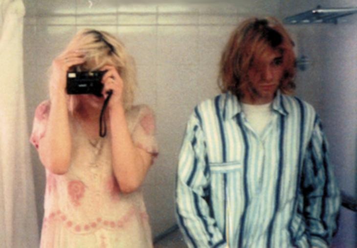 kurt kobain tomandose una selfie junto a su novia en el 94