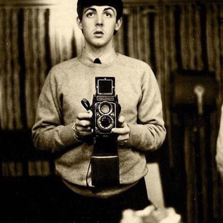 Paul mccartney tomandose unaselfie antes de que los betles fueran muy famosos