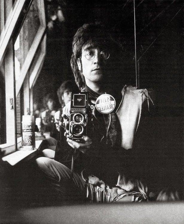 John lennon tomandose una selfie