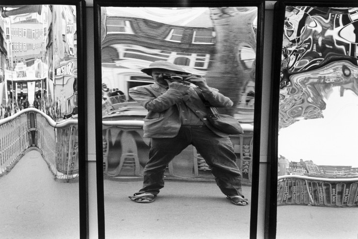 jhon ray jhon tomandose la selfie en un espejo de la feria distorsionado