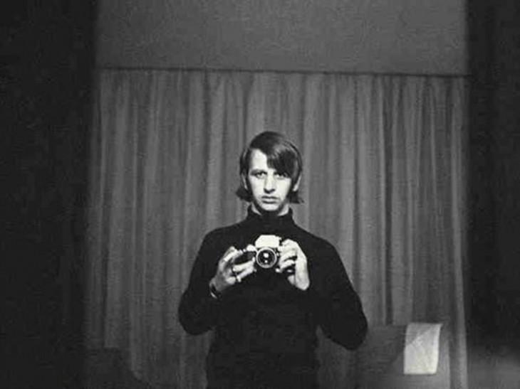 ringo starr vestido de negro tomandose una selfie al parecer en un hotel
