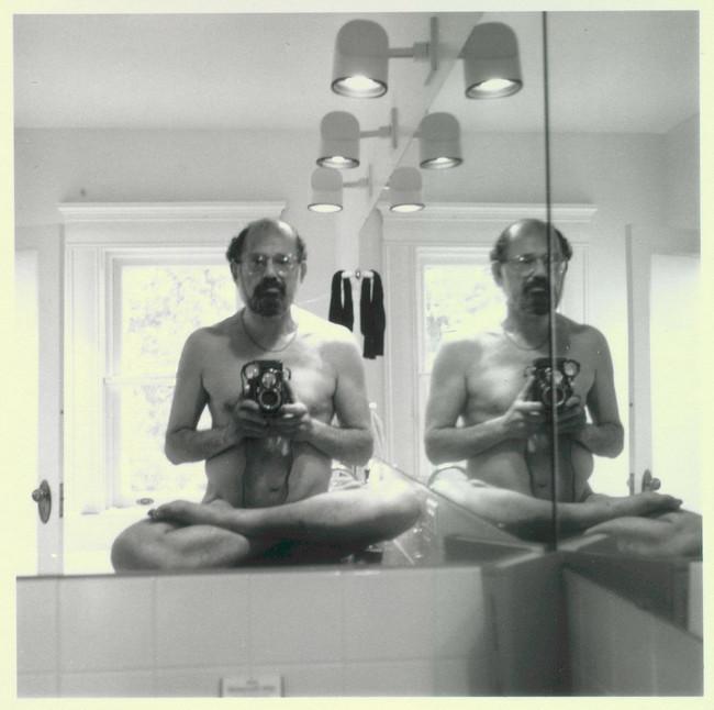 allen escritor y poeta que se tomo uns selfie completamente desnudo
