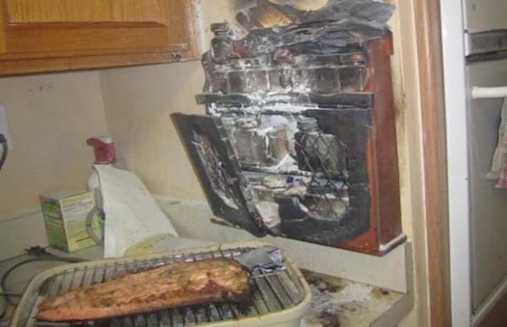 cocina quemada tras intentar calentar un trozo de carne
