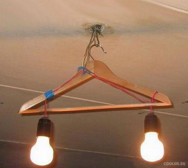 lampara heca con una percha para colgar ropa