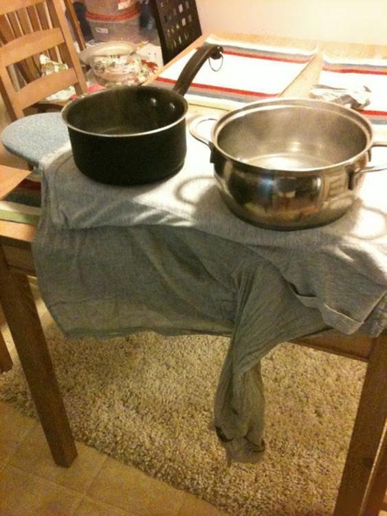 olla con agua hirviendo con camisa para plancharla