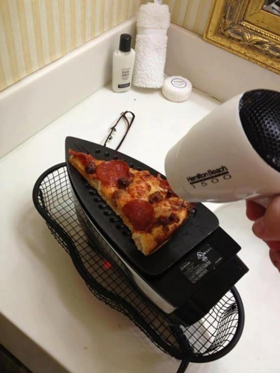 pizza calentada con una plancha